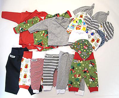 Kläder som litenfot skänkt till Neonatalavdelningen i Uppsala